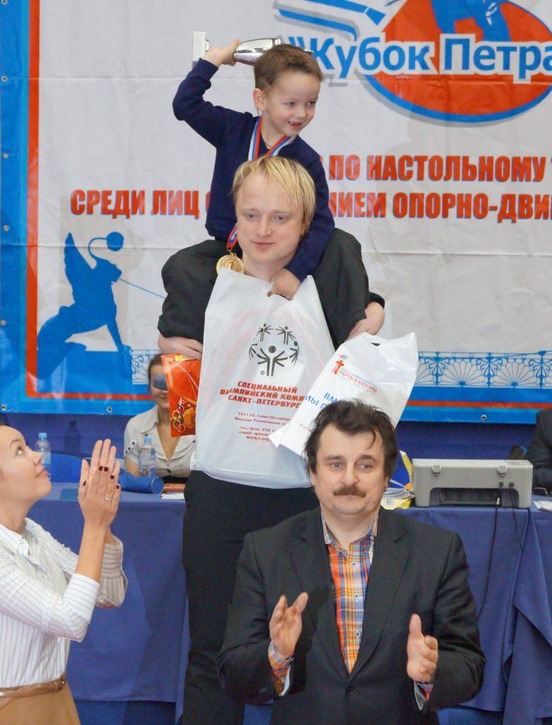 Фото из архива Морозов Михаил с сыном Романом на высшей ступени пьедестала